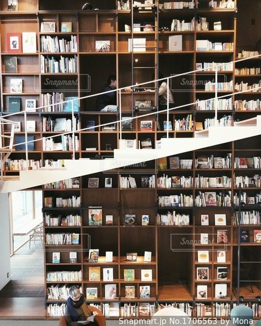 本棚で読書の写真・画像素材[1706563]