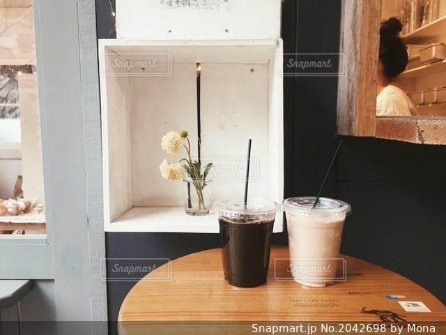 オシャレなカフェでドリンクをテイクアウトの写真・画像素材[2042698]