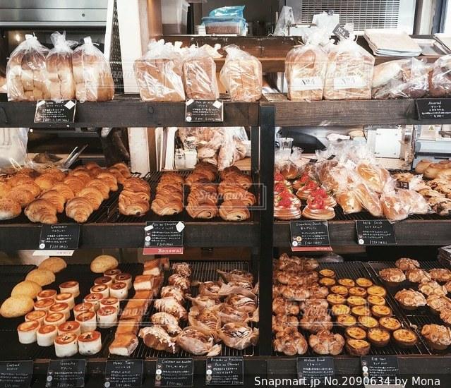 パンの陳列の写真・画像素材[2090634]