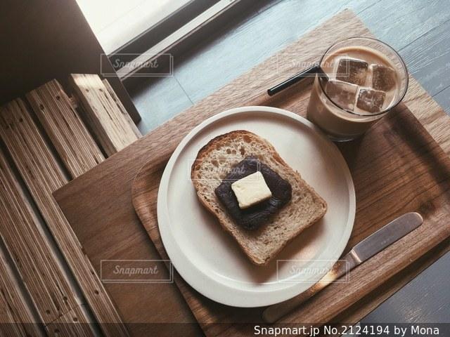 あんバタートーストとラテで休憩の写真・画像素材[2124194]