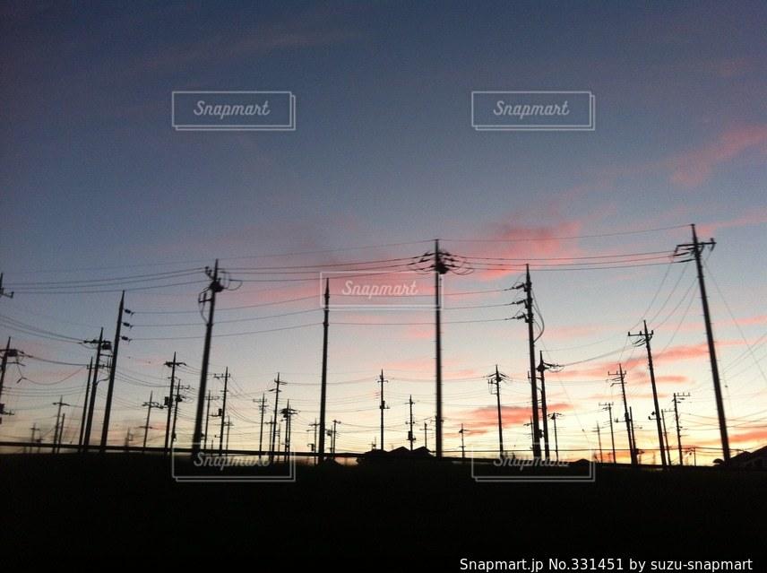 沢山の電柱のシルエットの写真・画像素材[331451]