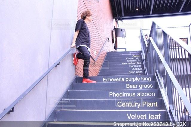 建物の側面をスケート ボードに乗って男の写真・画像素材[968743]