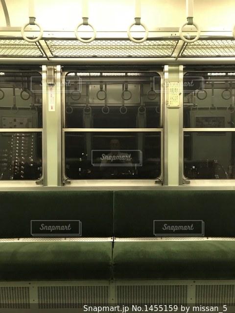 京阪電車の窓に映る、疲れた自分の写真・画像素材[1455159]
