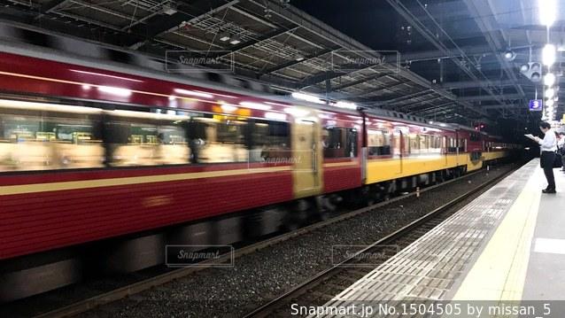 京阪守口市駅を通過する特急列車の写真・画像素材[1504505]