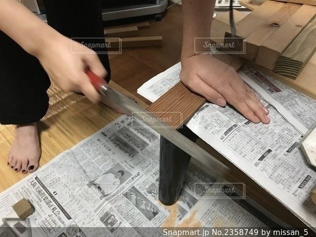 夏休みの宿題で工作をする中学生の写真・画像素材[2358749]