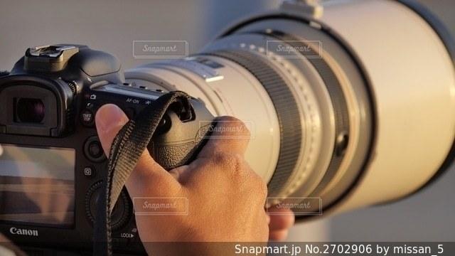 神戸空港で超大型の望遠レンズを装着して飛行機を撮影するプロカメラマンの写真・画像素材[2702906]