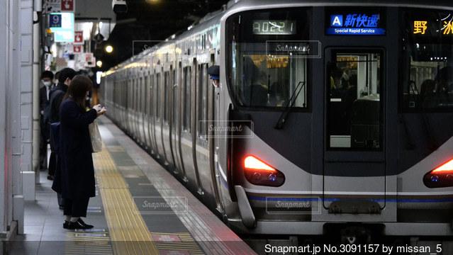 夜、ラッシュ時の大阪駅を発車する京都方面行きの新快速電車。の写真・画像素材[3091157]