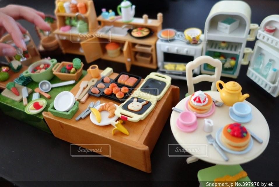 パンケーキ,キッチン,かわいい,ウクレレ,手,子供,ミニチュア,フォーク,テーブル,野菜,生クリーム,皿,食器,おもちゃ,ミニ,ホットケーキ,台所,料理,クッキング,オーブン,冷蔵庫,おままごと,イス,ティーポット,ティーパーティ
