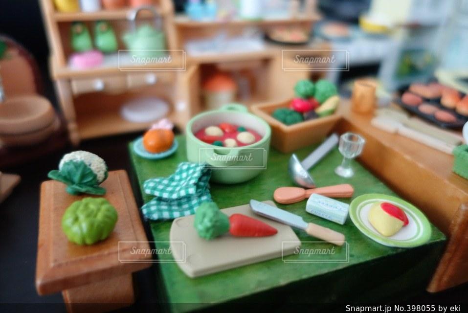 キッチン,手,子供,ポトフ,トマト,野菜,皿,食器,おもちゃ,かぼちゃ,鍋,人参,台所,料理,クッキング,オムライス,おままごと,カリフラワー