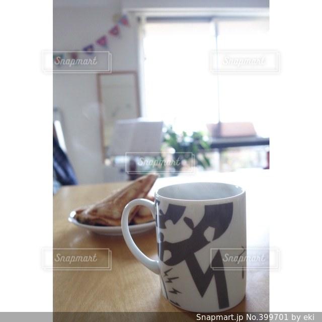 朝食,朝日,部屋,窓,テーブル,マグカップ,カップ,朝,ダイニング,湯気,ホットサンド,ガーランド