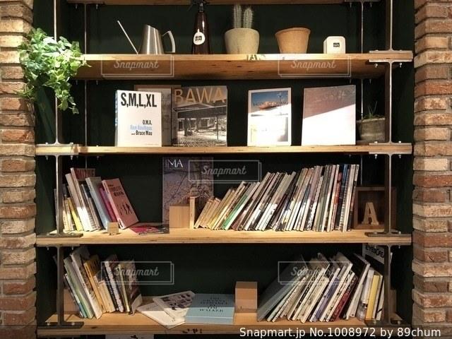 本棚は本でいっぱいの写真・画像素材[1008972]