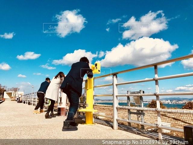 ビーチに立つ人々 のグループの写真・画像素材[1008978]