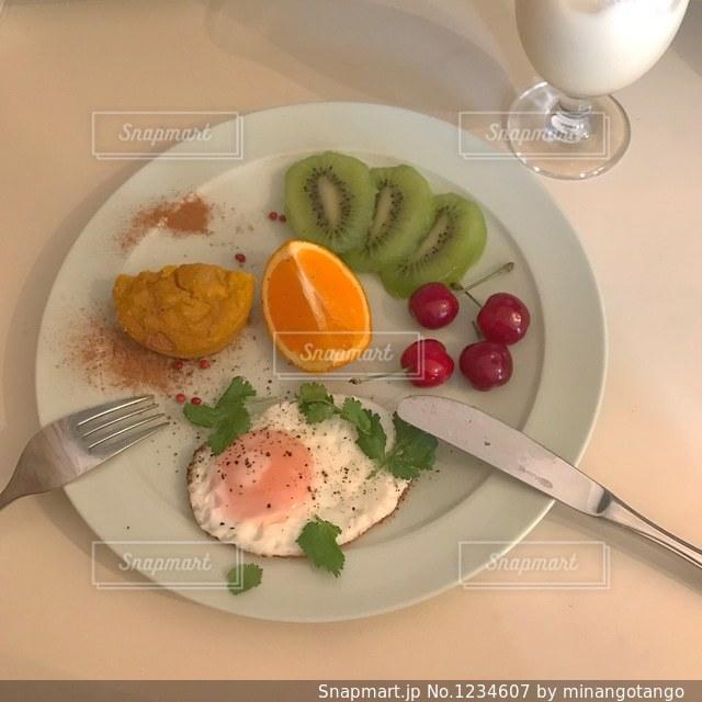 テーブルの上に食べ物のプレートの写真・画像素材[1234607]