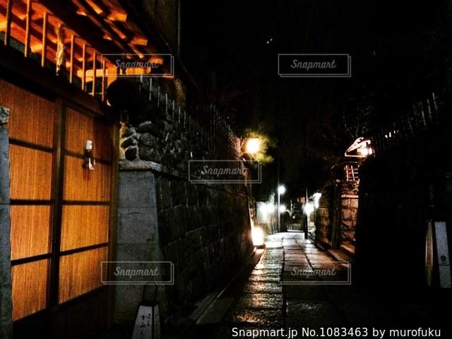 夜の石塀小路の写真・画像素材[1083463]
