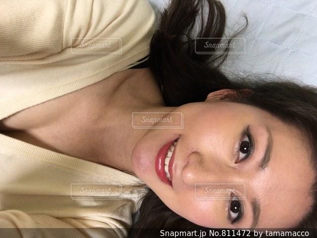 近くにベッドの上で横になっている女性のの写真・画像素材[811472]