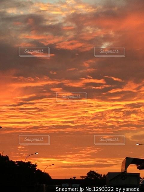 夕暮れ時に市内の飛行機の写真・画像素材[1293322]