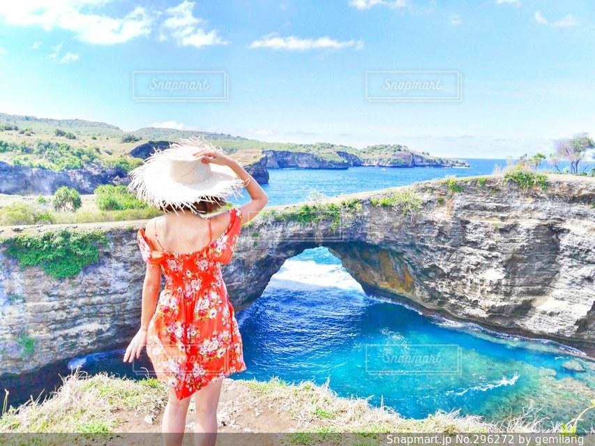 女性,1人,海,絶景,世界の絶景,ビーチ,島,後ろ姿,リゾート,秘境,バリ島,離島,バリ,ブロークンビーチ,ペニダ島