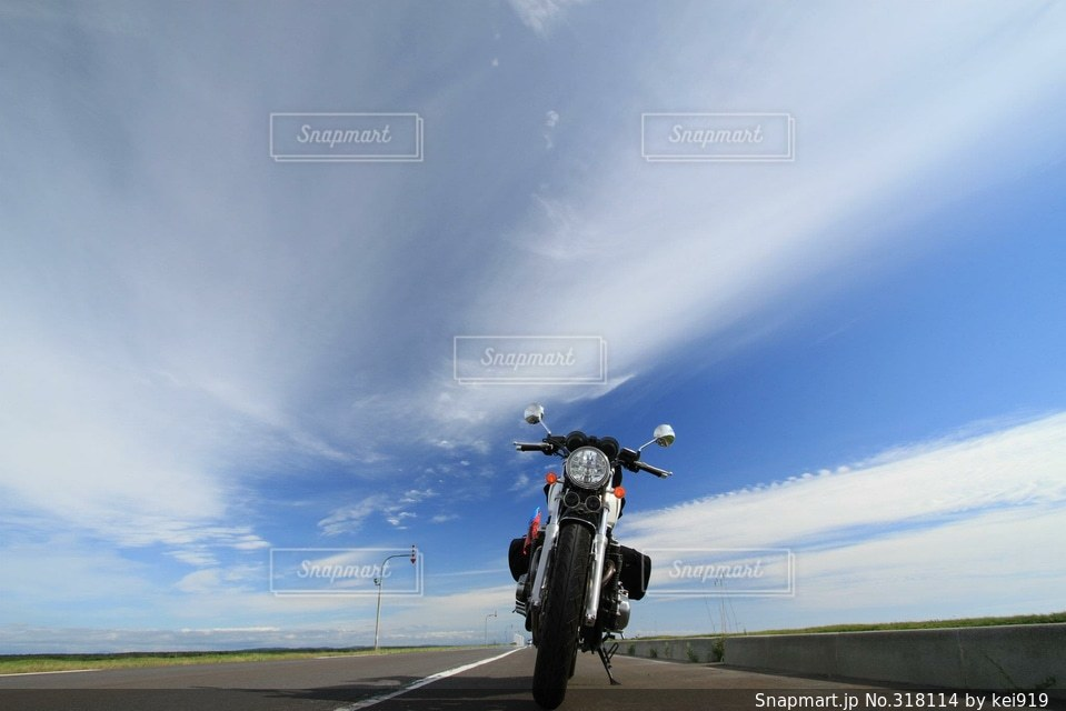 空とバイクの写真・画像素材[318114]