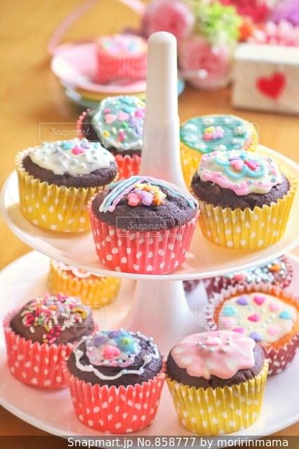 近くに誕生日ケーキをいくつかのトップのの写真・画像素材[858777]