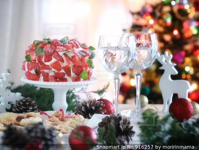 近くにクリスマス ツリーのアップの写真・画像素材[916257]