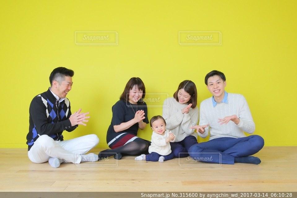 家族,赤ちゃん,誕生日,family,リンクコーデの写真素材