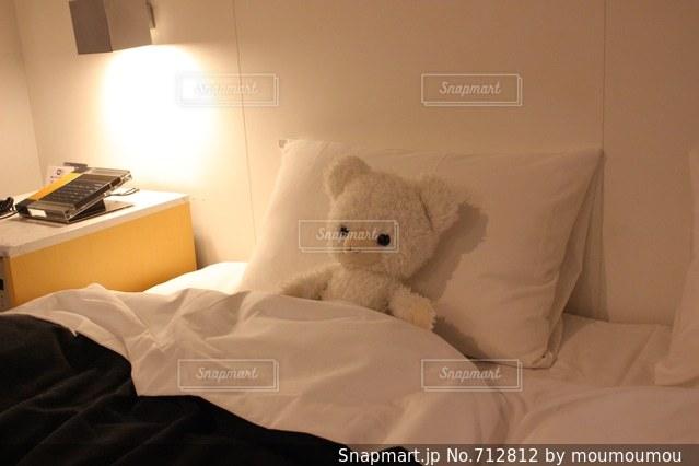 ベッドの上のぬいぐるみの写真・画像素材[712812]