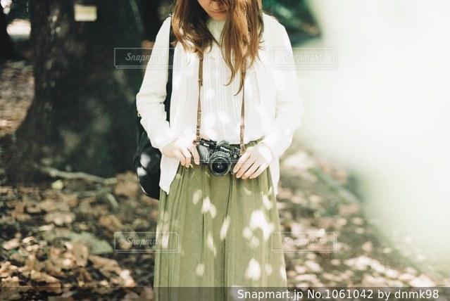 木漏れ日とカメラ女子の写真・画像素材[1061042]
