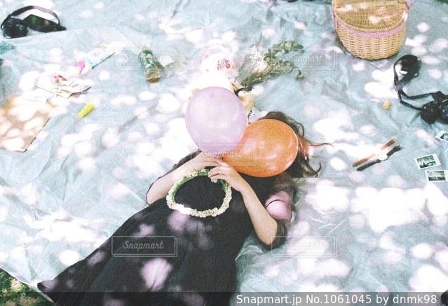 木漏れ日でピクニックする女の子 - No.1061045