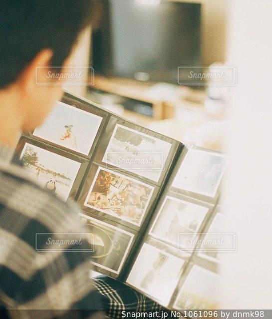 アルバムで想い出をカタチにの写真・画像素材[1061096]