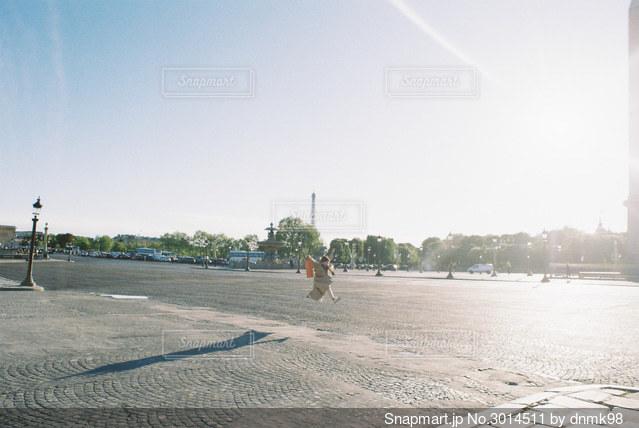 パリでジャンプ!の写真・画像素材[3014511]