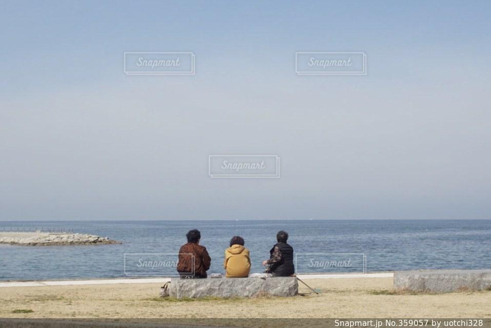女性,3人,後ろ姿,海辺,ピクニック,おばあちゃん