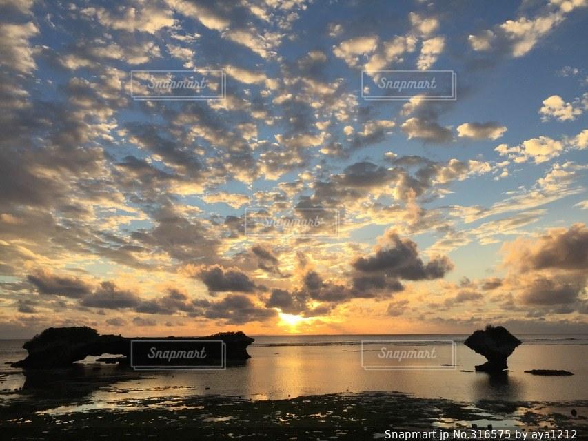 #沖縄#夕日#雲#海の写真・画像素材[316575]