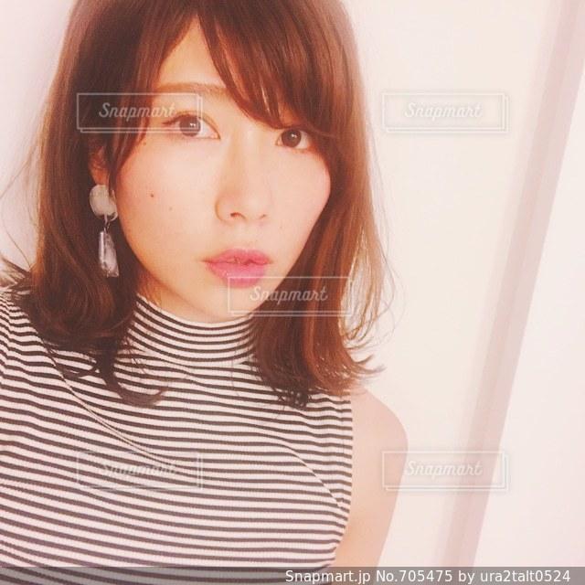 白いシャツの女の写真・画像素材[705475]