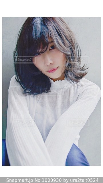 白いシャツの女の写真・画像素材[1000930]