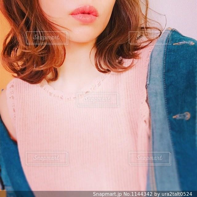 青いシャツを着た女性 - No.1144342