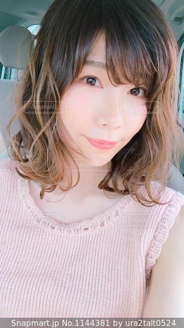 白いシャツの女の写真・画像素材[1144381]