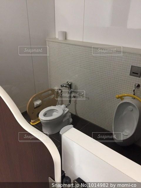 外出先での子供トイレの写真・画像素材[1014982]