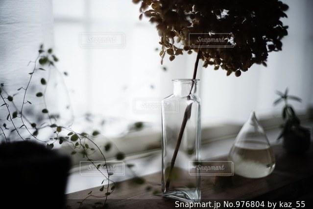 テーブルの上の花の花瓶の写真・画像素材[976804]