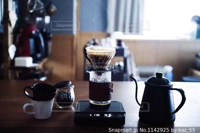 テーブルの上のコーヒー カップの写真・画像素材[1142925]
