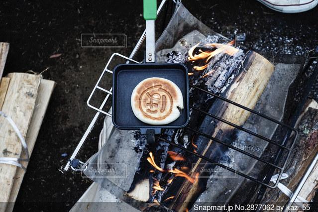 ホットサンドメーカーで肉まんの写真・画像素材[2877062]