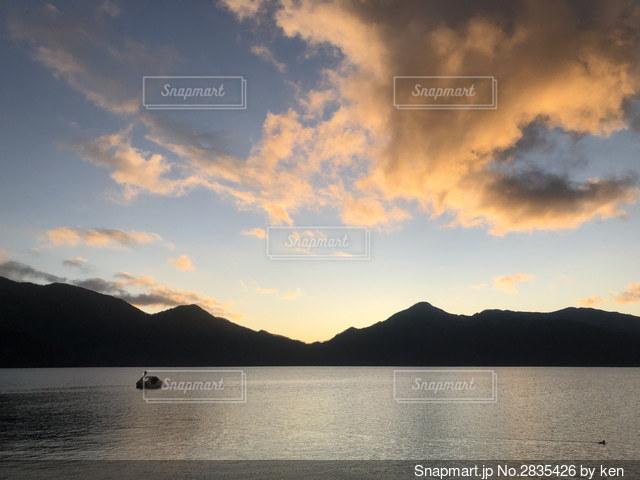 山を背景にした大きな水域の写真・画像素材[2835426]