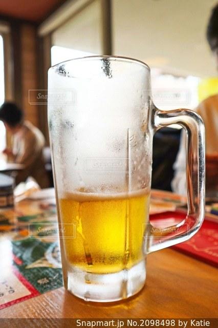 昼からファミレスでビールの写真・画像素材[2098498]