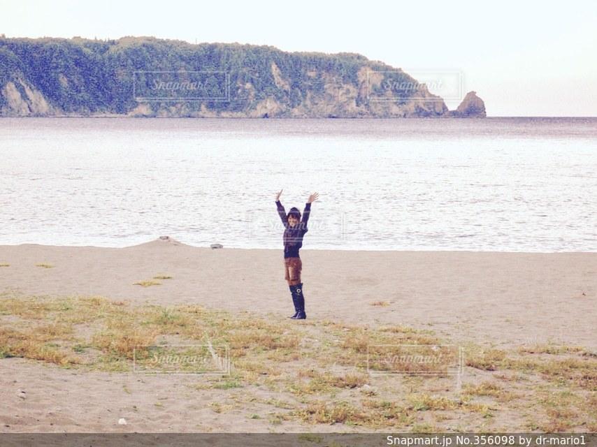 女性,海,秋,冬,砂浜,海辺,バンザイ,一人,海岸,山,女,女子,岩,人物,浜辺,旅行,旅,ひとり,浜,岩手県,万歳,三陸海岸,ばんざい,ちゃいろ