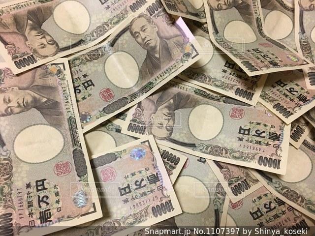 散らばるお金の写真・画像素材[1107397]