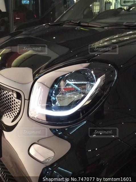 ショールーム内の黒い車の写真・画像素材[747077]