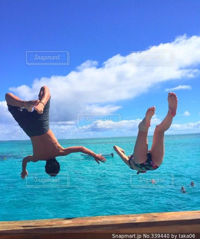 女性,男性,2人,海,ジャンプ,躍動感,青春,sea,フィジー,飛び込み,アクティブ,Fiji,jump