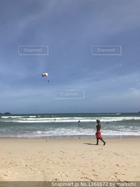 ビーチでカイトを飛行人の写真・画像素材[1360672]