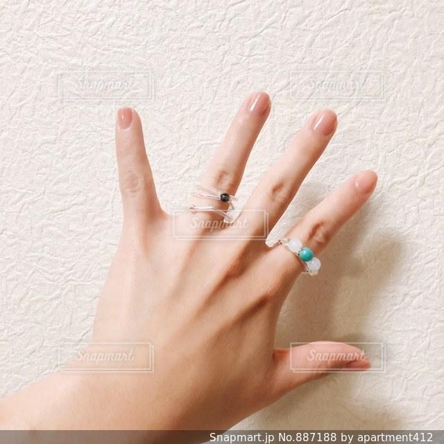 ビーズのリングを付けている女性の手の写真・画像素材[887188]
