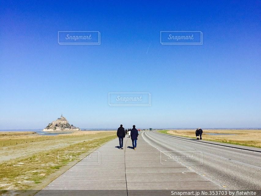 男性,空,世界の絶景,青,後ろ姿,世界遺産,フランス,二人,友達,モンサンミッシェル