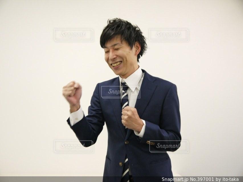 男性,1人,社会人,屋内,嬉しい,オフィス,人物,ビジネス,ビジネスマン,喜び,スーツ